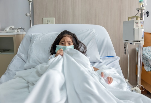 Ziekte aziatische jongen op ziekenhuisbed in pandemisch coronavirus