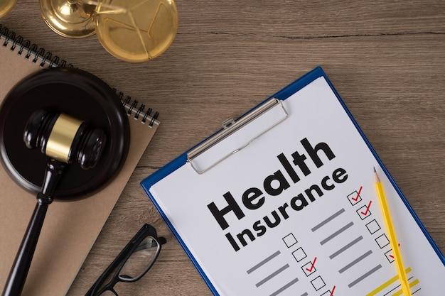 Ziektekostenverzekering claimformulier en medische apparatuur ziektekostenverzekering concept voor het leven