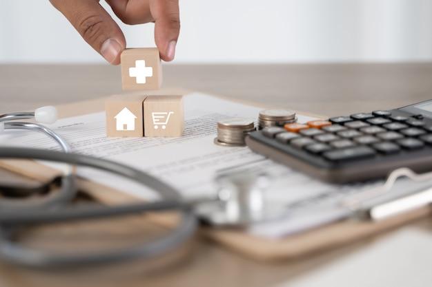 Ziektekostenverzekering opstalverzekering of lening conceptueel beeld van medische onroerende goederenagent medische zorg