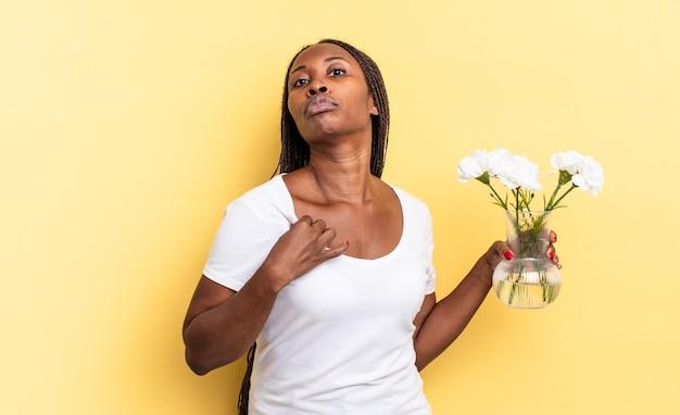Ziet er arrogant, succesvol, positief en trots uit, wijzend naar zichzelf. decoratief bloemenconcept
