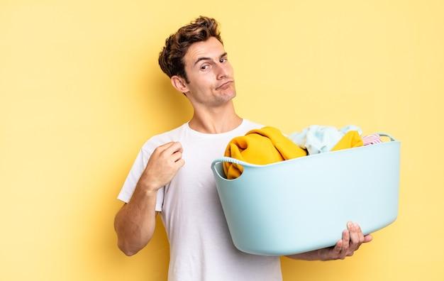 Ziet er arrogant, succesvol, positief en trots uit, wijzend naar zichzelf. kleren wassen concept