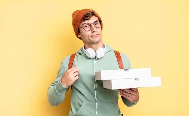 Ziet er arrogant, succesvol, positief en trots uit, wijzend naar zichzelf. pizza concept