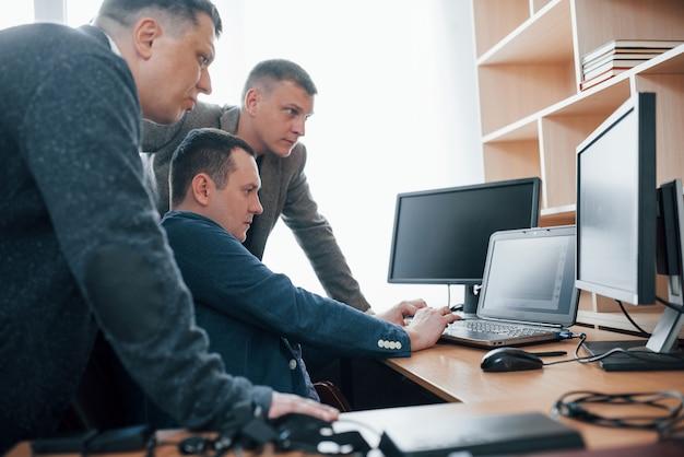 Ziet er verdacht uit. polygraaf-examinatoren werken op kantoor met de apparatuur van zijn leugendetector