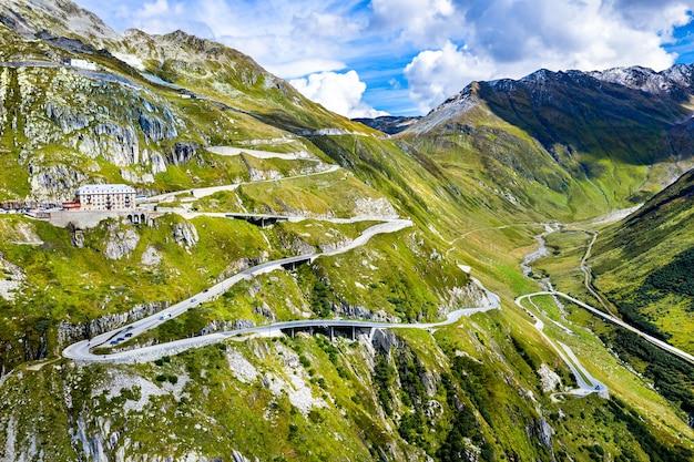 Zigzaggende weg naar furkapas in de zwitserse alpen