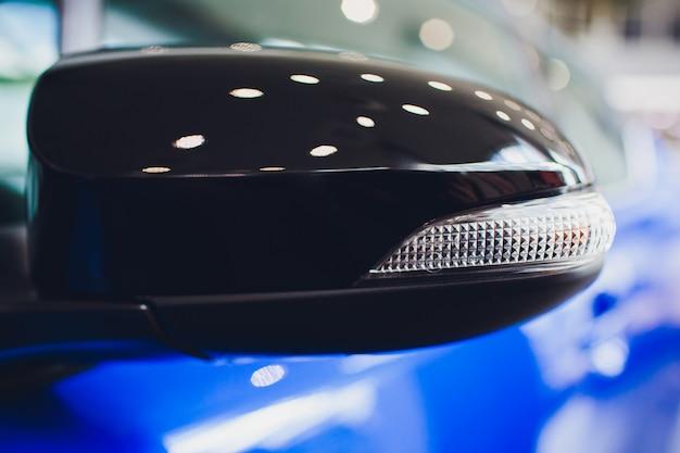 Zij achteruitkijkspiegel op moderne auto