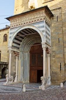 Zij-ingang van de basiliek santa maria maggiore bergamo, italië