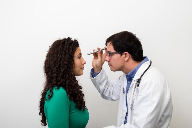 Zijaanzicht arts die wijfje onderzoekt