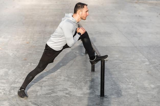 Zijaanzicht atletische man ontwormen zijn benen