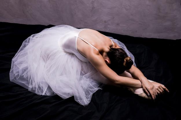 Zijaanzicht ballerina stretching