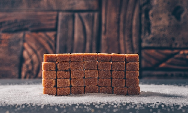Zijaanzicht bruine suiker op suikerpoeder