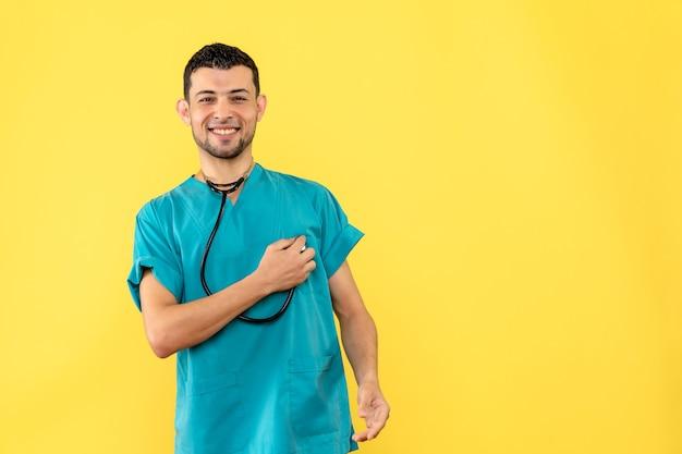 Zijaanzicht cardioloog de cardioloog is blij met de goede gezondheidstoestand van patiënten