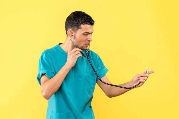 Zijaanzicht cardioloog de cardioloog met phonendoscope denkt na over de gezondheid van patiënten