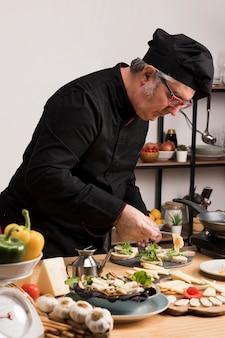 Zijaanzicht chef-kok koken