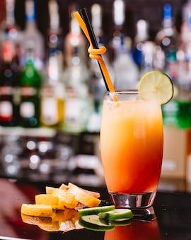 Zijaanzicht citrus cocktail met oranje citroen grapefruit en schijfje limoen