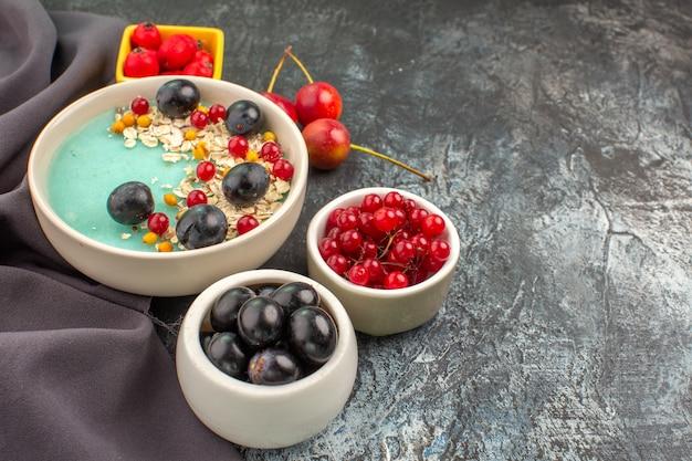 Zijaanzicht close-up bessen havermout kleurrijke bessen op het tafellaken