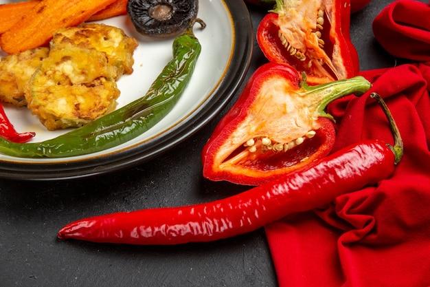 Zijaanzicht close-up groenten geroosterde groenten hete pepers paprika op het tafellaken