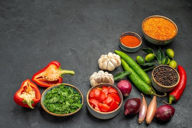 Zijaanzicht close-up groenten linzen ui knoflook kruiden specerijen hete pepers tomaten paprika