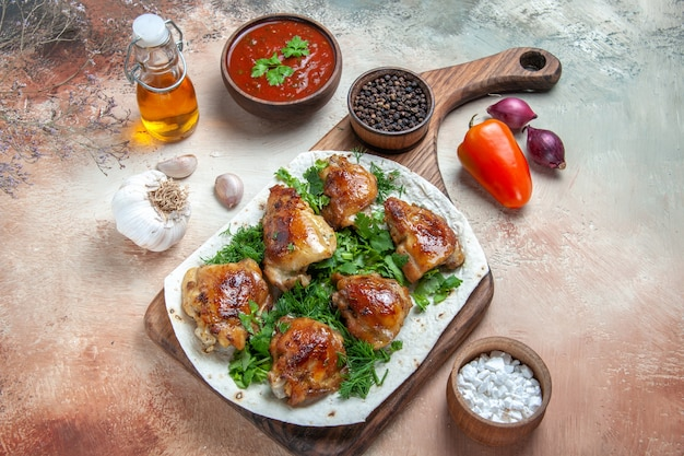 Zijaanzicht close-up kip kip met kruiden op lavash saus kruiden ui olie knoflook