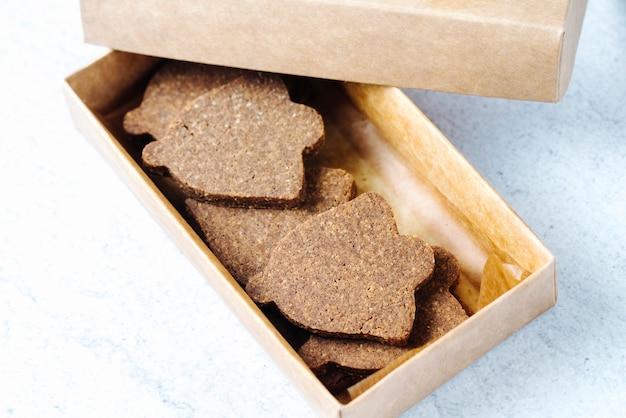 Zijaanzicht cookies in een doos
