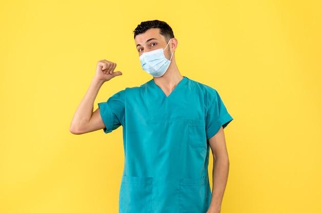 Zijaanzicht een arts besmettelijke ziektespecialist heeft het over coronavirusinfectie