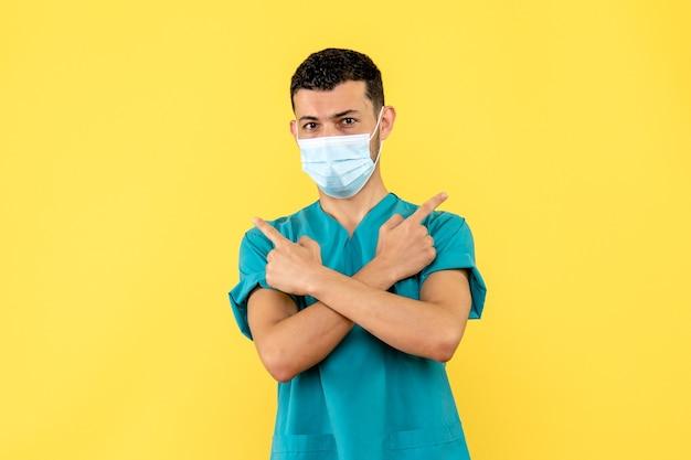 Zijaanzicht een arts een arts met masker in het medische uniform op de gele achtergrond