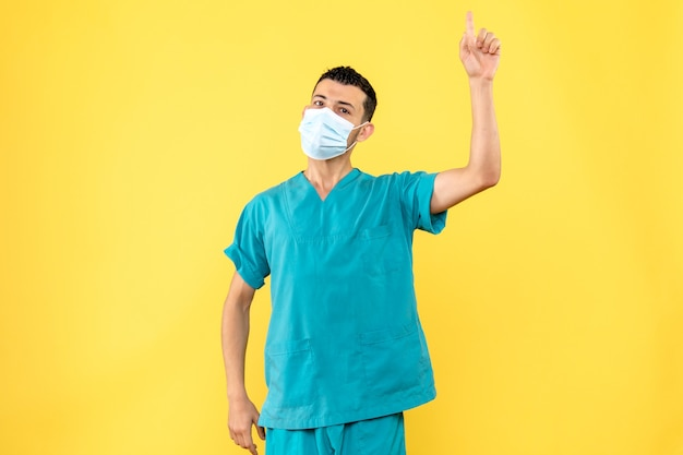 Zijaanzicht een arts een arts zegt dat het belangrijk is om beschermingsmiddelen tegen covid te gebruiken.