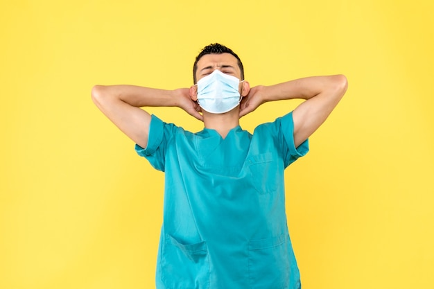 Zijaanzicht een dokter een dokter denkt aan de coronavirus-pandemie