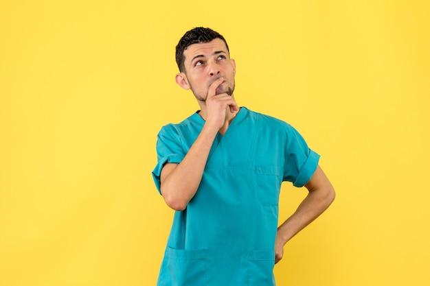 Zijaanzicht een dokter een dokter denkt na over de effectiviteit van het vaccin