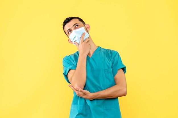 Zijaanzicht een dokter een dokter in het masker denkt aan symptomen van covid-
