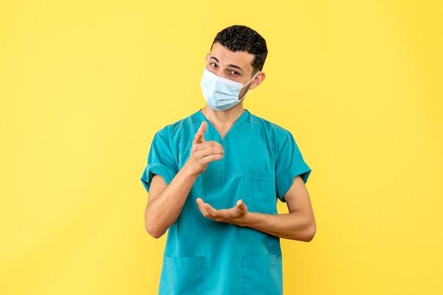 Zijaanzicht een dokter een dokter in het masker is blij dat hij de patiënten van coronavirus geneest