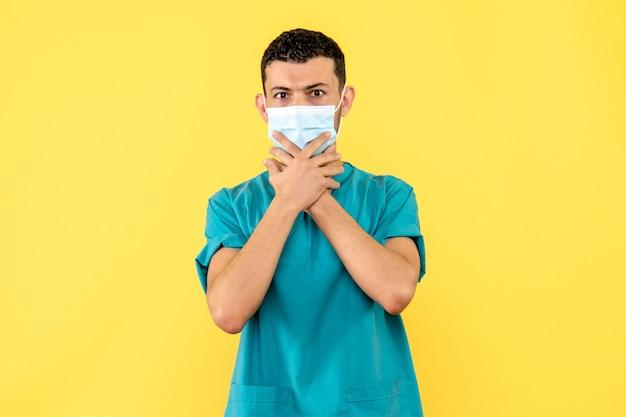 Zijaanzicht een dokter een dokter in het masker praat over maskers tegen covid- Gratis Foto