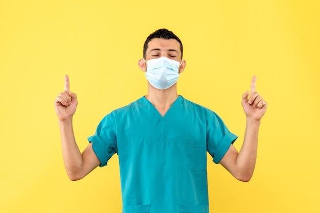 Zijaanzicht een dokter een dokter in het masker vertelt over coronavirus-pandemie