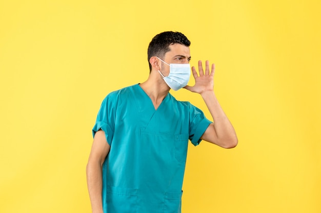 Zijaanzicht een dokter een dokter in het masker vertelt over coronavirusinfectie