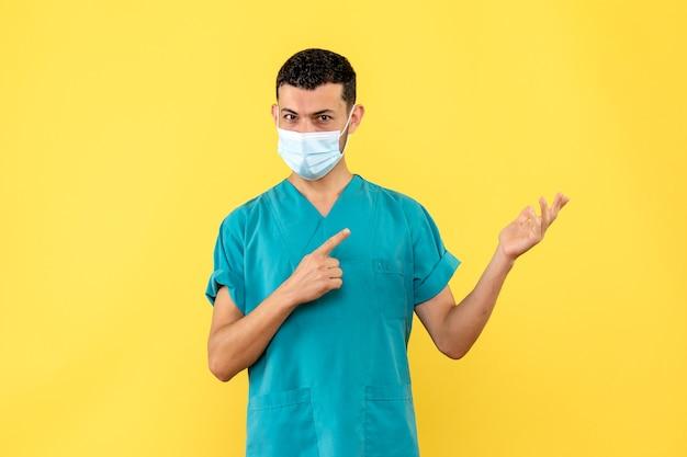 Zijaanzicht een dokter een dokter moedigt mensen aan om handen te wassen