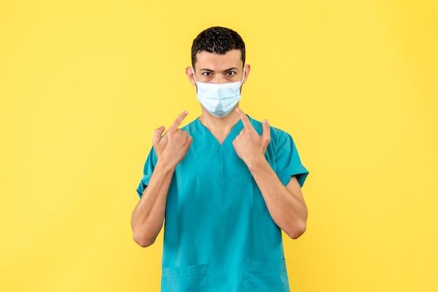 Zijaanzicht een dokter een dokter zegt dat het belangrijk is om maskers te dragen