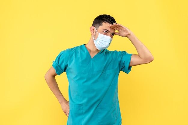 Zijaanzicht een dokter een dokter zegt dat hij mensen gaat helpen die besmet zijn met het coronavirus