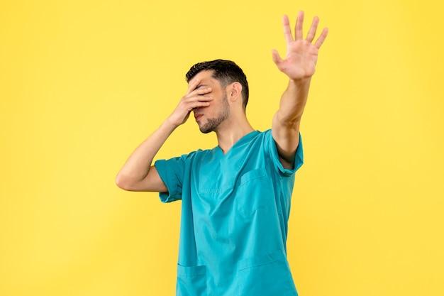 Zijaanzicht een dokter een dokter zegt dat hoesten een teken kan zijn van coronavirus
