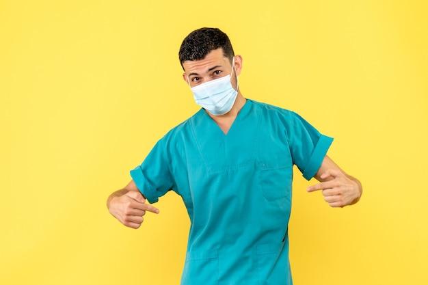 Zijaanzicht een dokter in masker een dokter heeft het over de patiënten met coronavirus