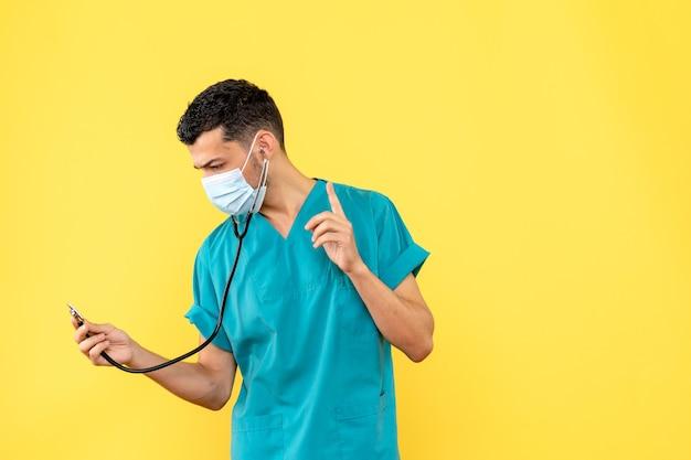 Zijaanzicht een dokter in masker een dokter praat over hartproblemen na coronavirus
