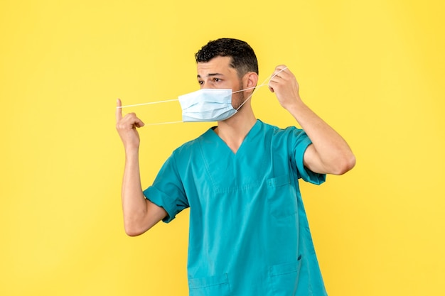 Zijaanzicht een dokter in masker een dokter praat over hartproblemen na covid-