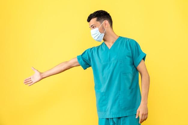 Zijaanzicht een dokter in masker een dokter praat over het dragen van maskers tijdens pamdemic
