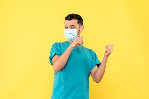 Zijaanzicht een dokter met masker een dokter weet dat het belangrijk is om afstand te houden