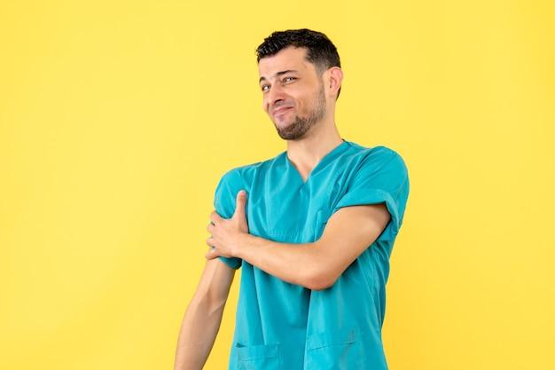 Zijaanzicht een dokter rechterhand van dokter doet pijn