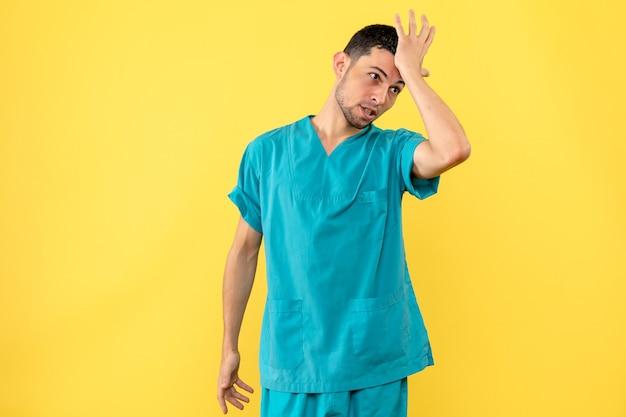 Zijaanzicht een ontevreden dokter denkt aan quarantaine