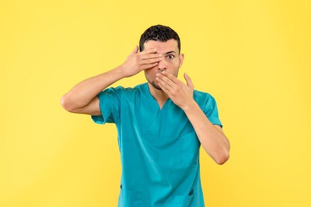 Zijaanzicht een specialist de dokter vertelt hoe moeilijk het is voor mensen met een ernstige ziekte om te leven