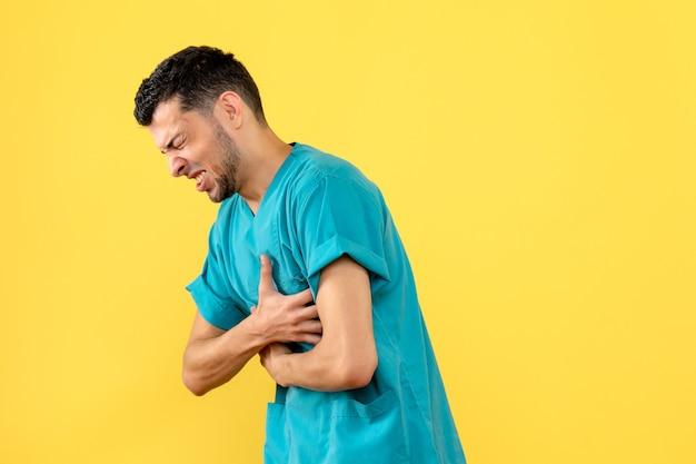 Zijaanzicht een specialist de dokter vertelt wat je moet doen als je buikpijn hebt