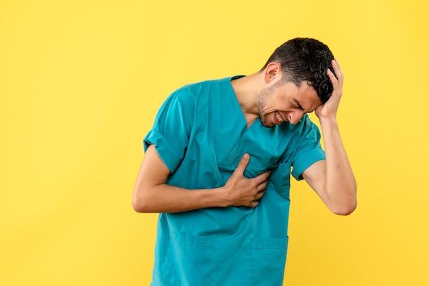 Zijaanzicht een specialist de dokter vertelt wat je moet doen als je hartzeer en hoofdpijn hebt