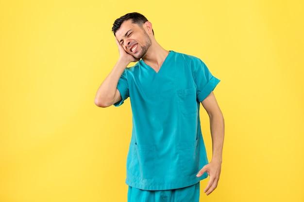 Zijaanzicht een specialist de dokter vertelt wat je moet doen als je oorpijn hebt