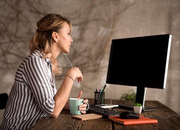 Zijaanzicht freelance vrouw die werkt