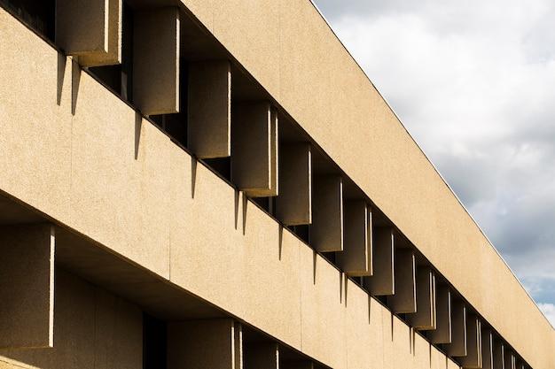 Zijaanzicht gebouw met grof gips oppervlak